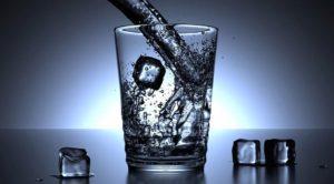 Ein Glas kühles Mineralwasser